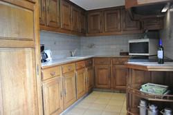 eenvoudige keuken met vaatwasser oven magnetron