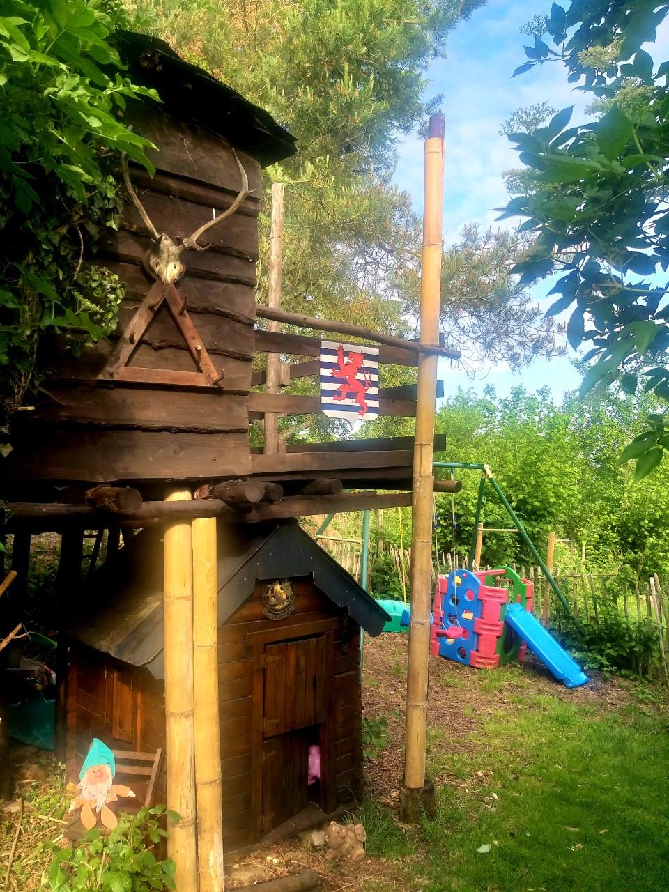 1 boomhut + speelhuisje