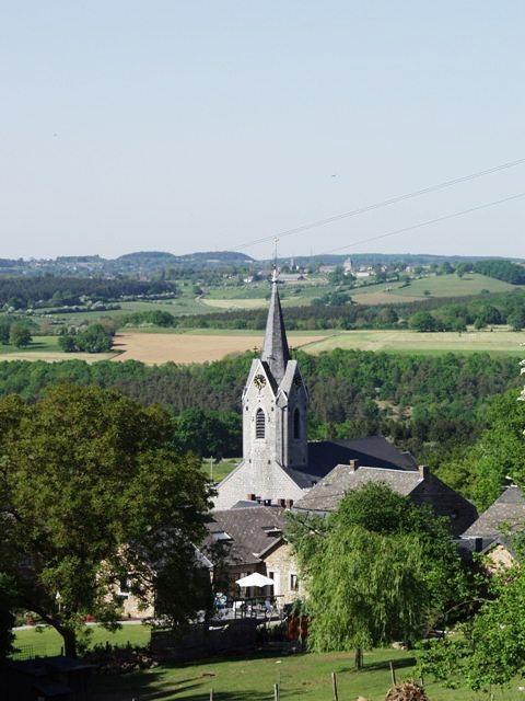 zicht op de kerk en dal