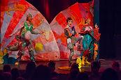 heuschreck-drachen-zirkus-gruppe im zirk