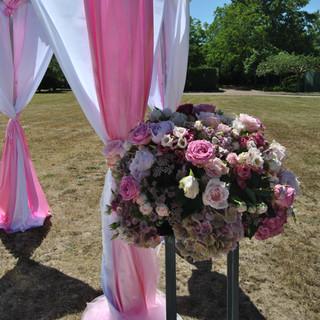 Composition ronde de fleurs pour mariage