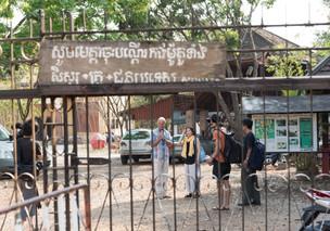 近くて遠い、Battambang,  そして門の中の私たち。                                                  Near yet far. Battam