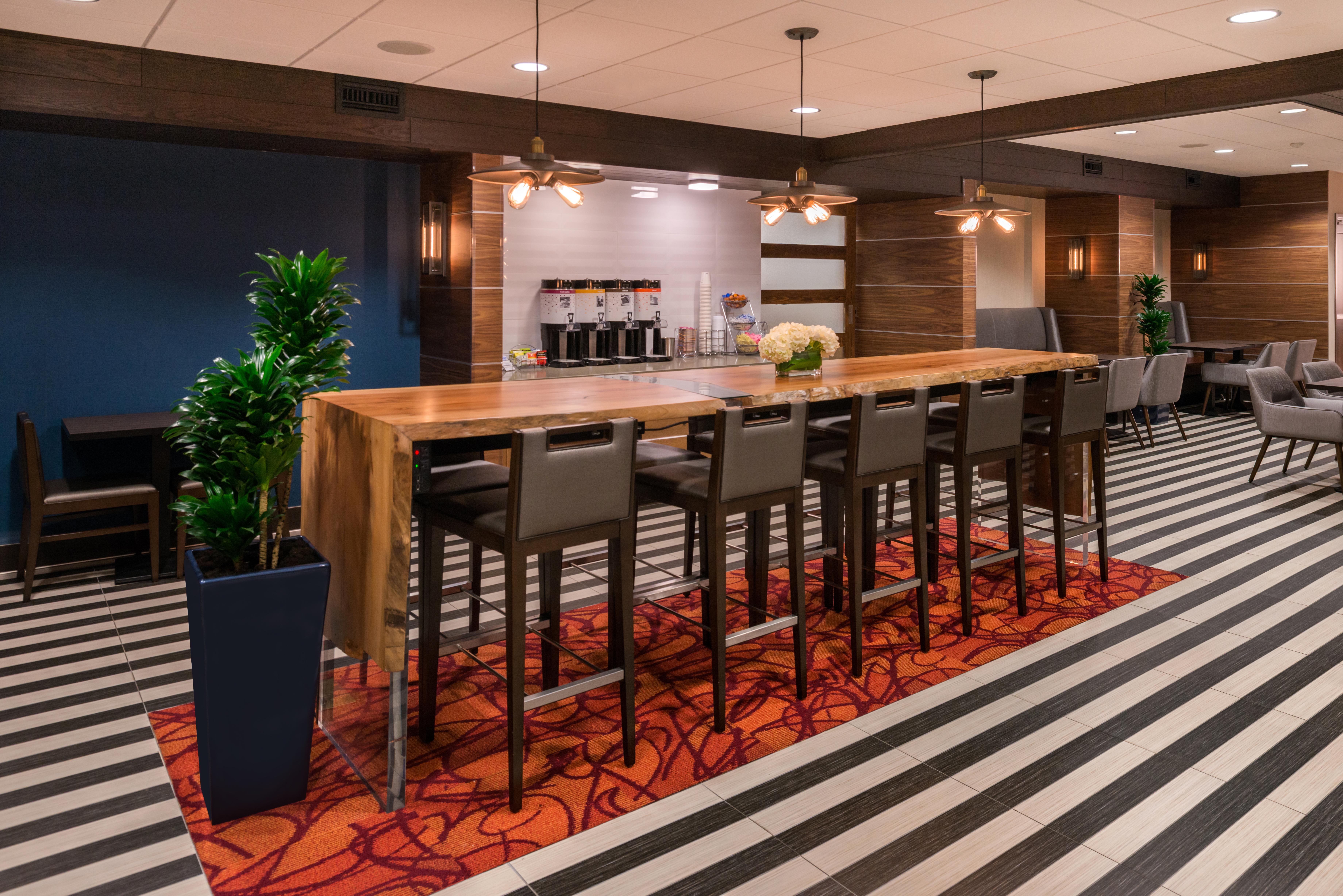 Hampton Inn SF Breakfast Lounge