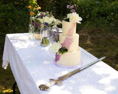 Bryllupskage med friske blomster i lyng farver