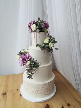 Bryllupskage med friske blomster Baking