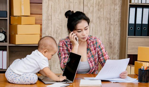Si dejas de trabajar 6 meses para cuidar a tus hijos, podrían regresarte esas semanas de cotización