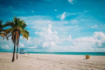 tropical-beach-with-lifeguard-cabin,-Flo