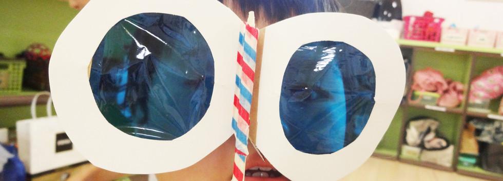 色付きのフィルムで不思議なメガネを作りました。