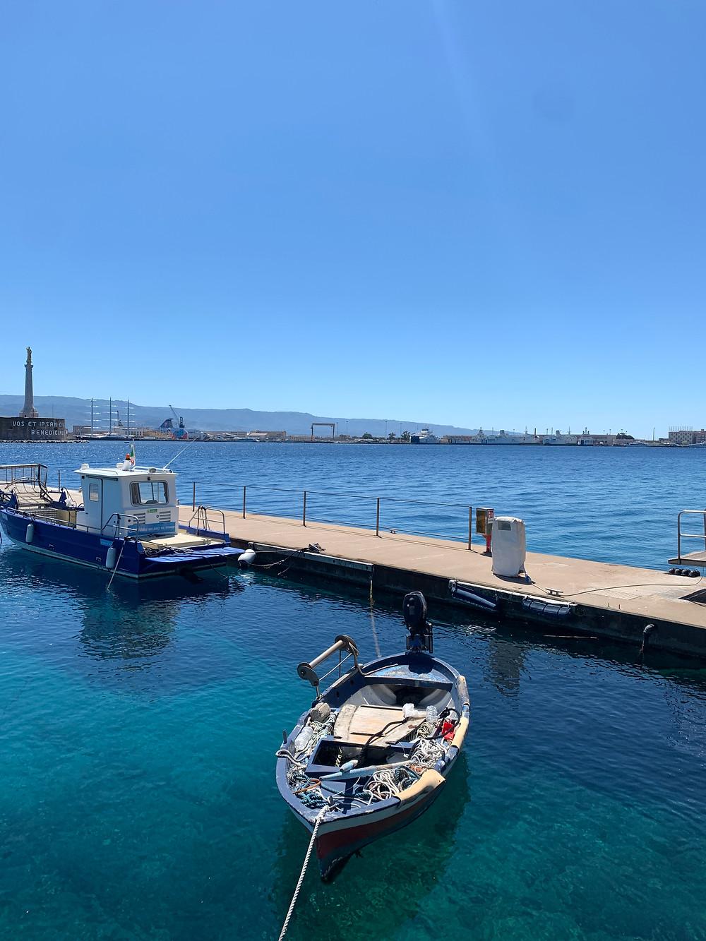 Barca pescatori nel porticciolo turistico del Marina del Nettuno a Messina