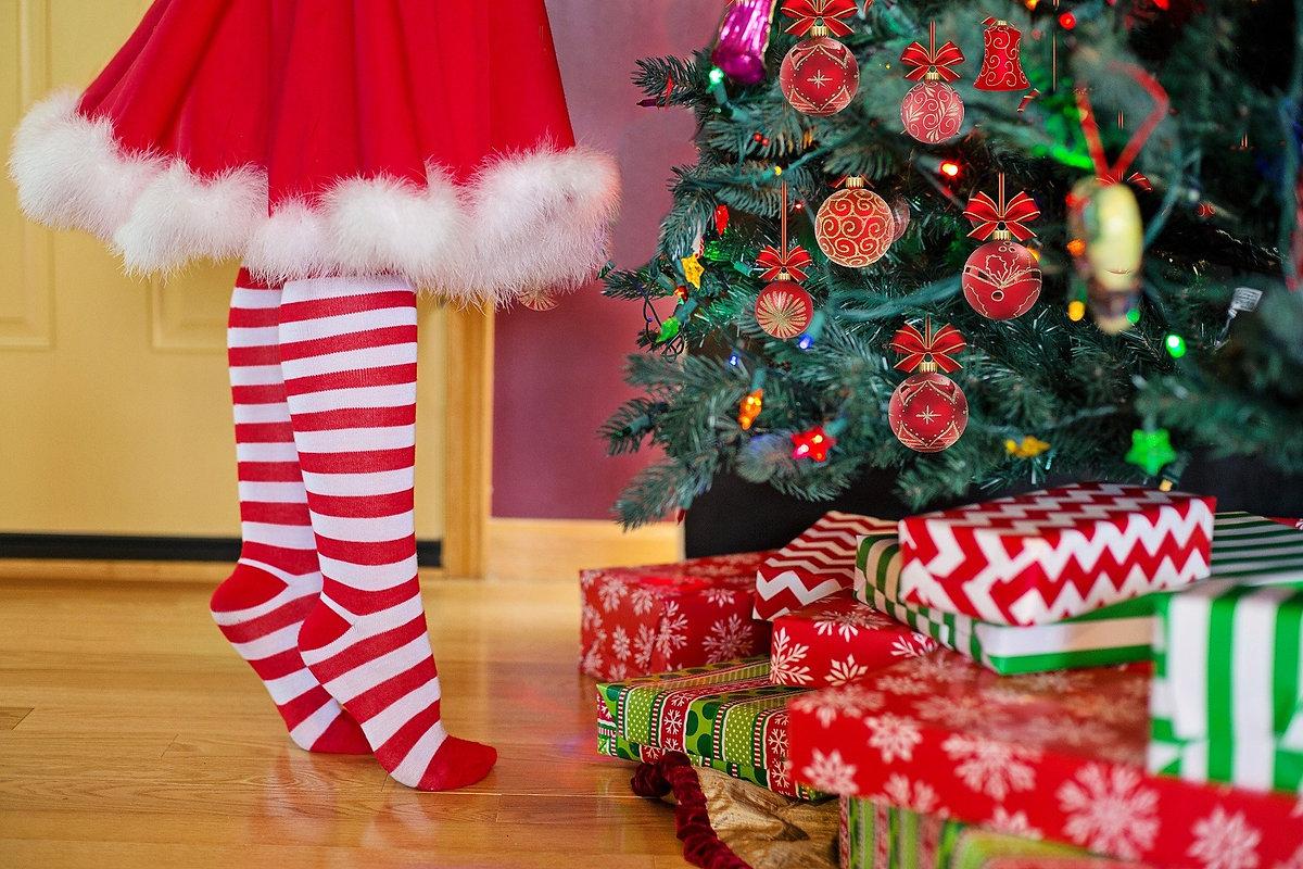 decorating-christmas-tree-2999722_1920.j
