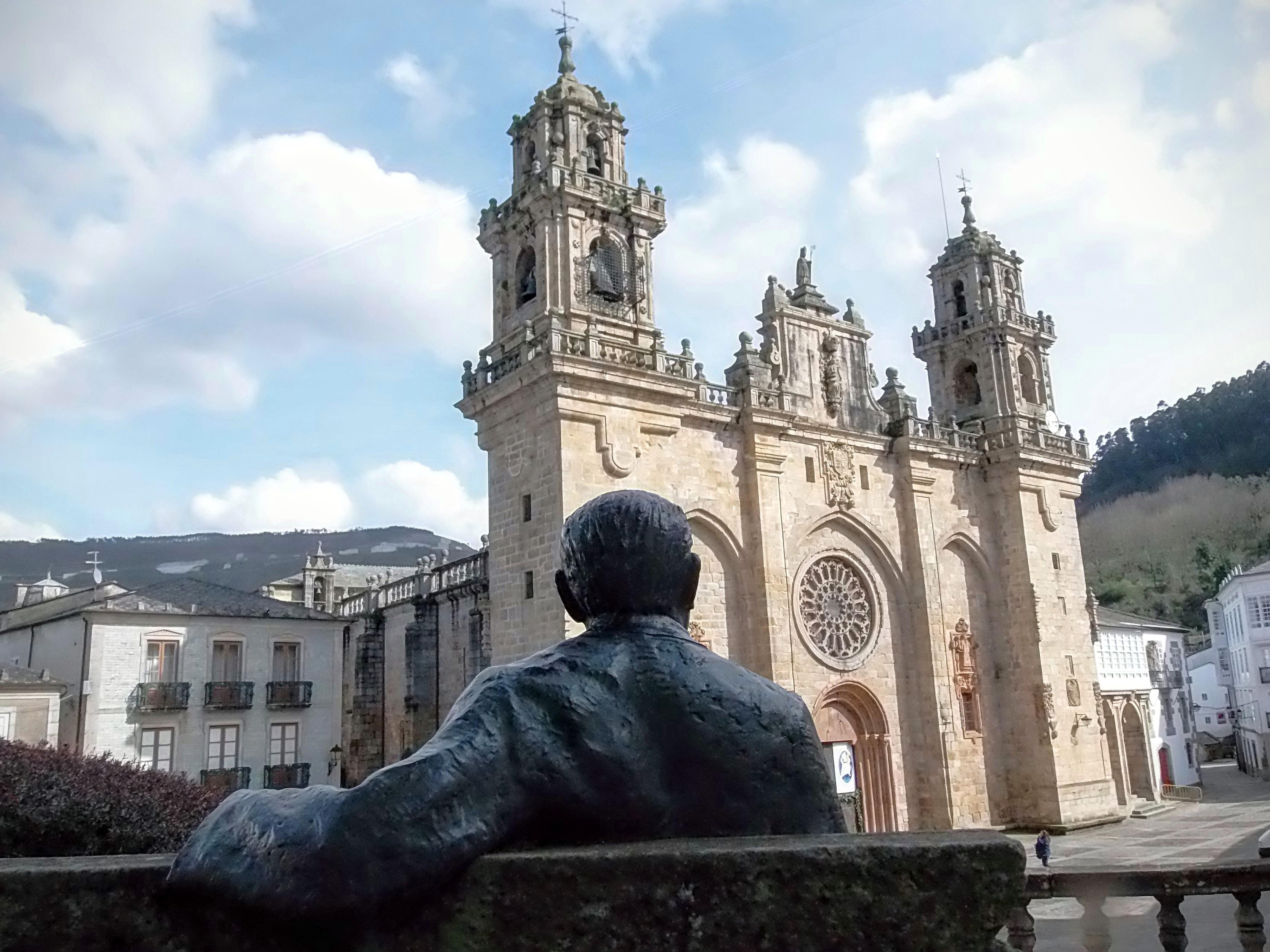 Cunqueiro mirando a la catedral