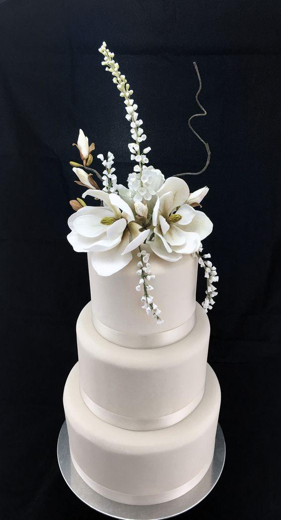 projection mapped sculpted floral wedding cakes candyandgrimcakes. Black Bedroom Furniture Sets. Home Design Ideas