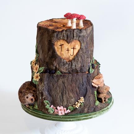 candyandgrimcakes-log-tree-trunk-wedding-cake-hedgehog.png