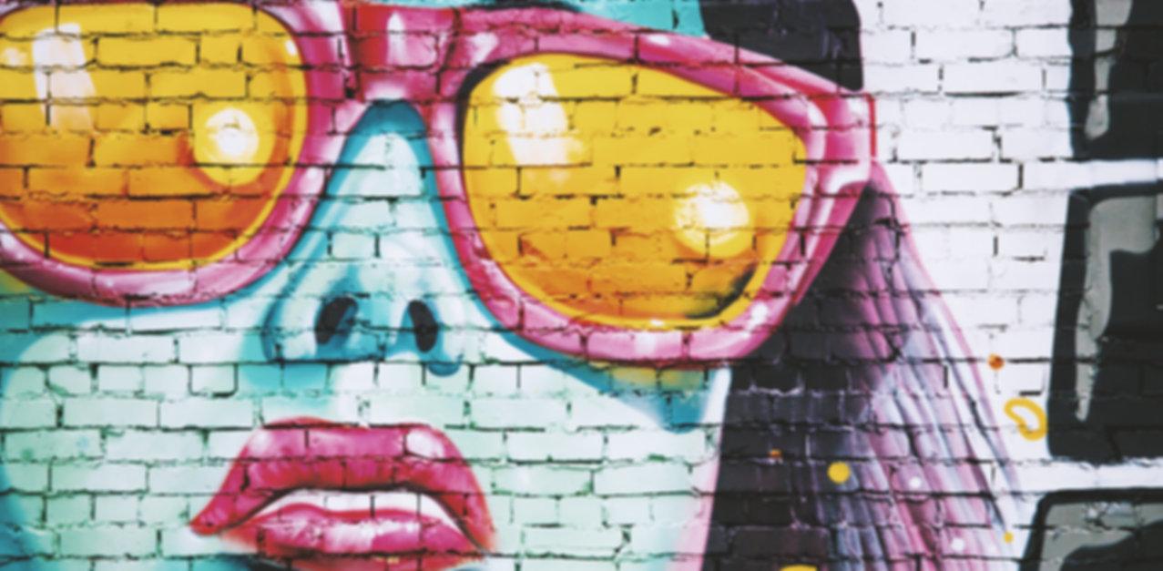 Graffiti femme avec des lunettes