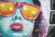 Graffiti de mulher com óculos