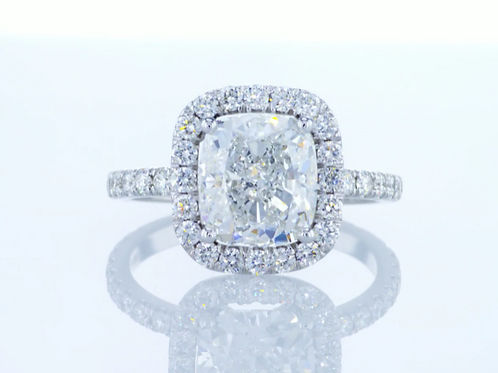 Bague en or 18 karat sertie d'un diamant taille coussin