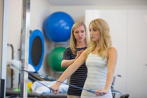 Woman perfoms sholder stabilization exercises