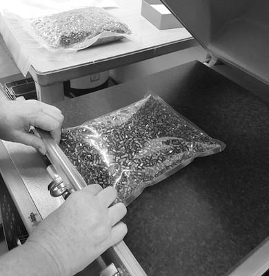 Gleitschleifen-Trowalisieren Teile verpacken als Schüttgut in Vakkumbeutel oder Einzelverpackung Käser Biberist AG Oberflächenfinish