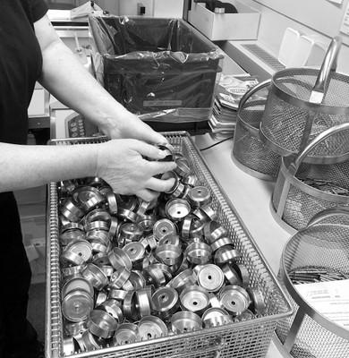 Gleitschleifen-Trowalisieren Teile verpacken in Kisten als Schüttgut Käser Biberist AG Oberflächenfinish