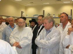 הרב ליצמן ונציגי המשרד במעבדה