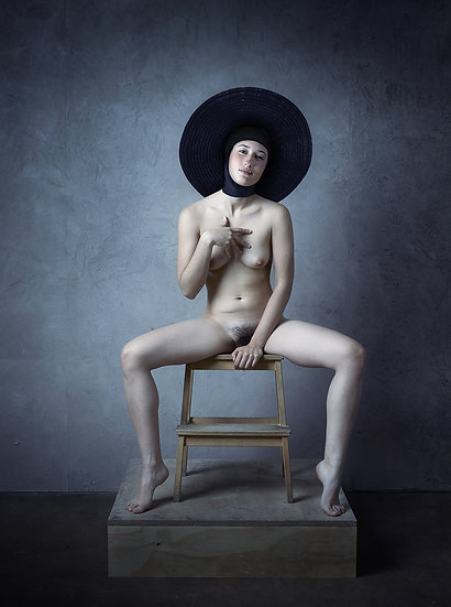Improvised nude _ Woman with black hat in the chair _ Portrait