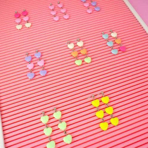 Brinco de coração de acrílico (cores variadas)