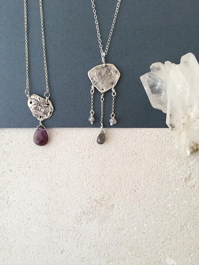Ciondoli incantati: argento reticolato, ametista e labradorite
