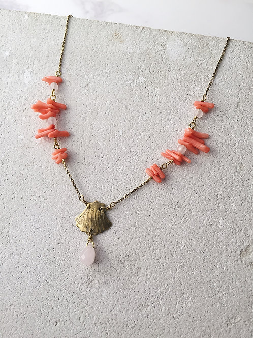 Coral pink shell necklace, in gold brass, rose quartz, bamboo coral