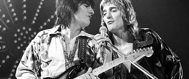 ronnie-wood-and-rod-stewart-performing-onstage-in-1974-140079839840402601-140603105311.jpg