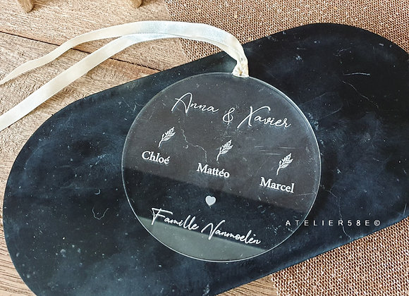 Boule de Noël personnalisée avec les prénoms de la famille en plexiglas