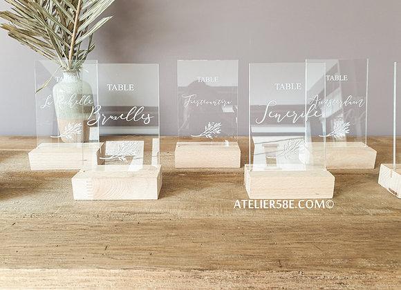 Numéro de table en plexiglas sur pied en bois pour table de mariage