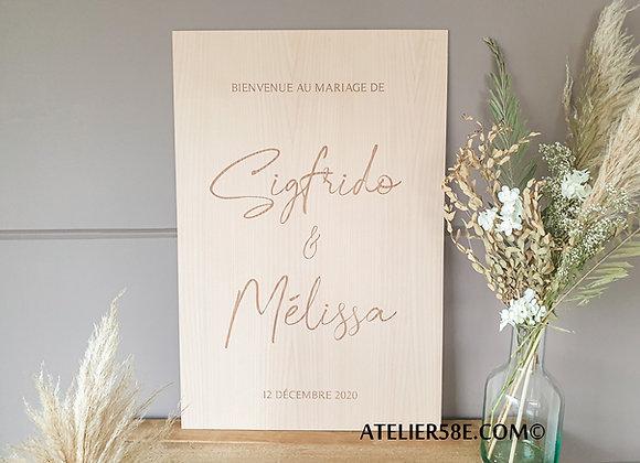 Panneau de bienvenue pour mariage en bois avec écriture calligraphiée