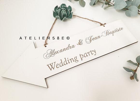 Panneau indication mariage en forme de flèche gravée avec les prénoms des mariés