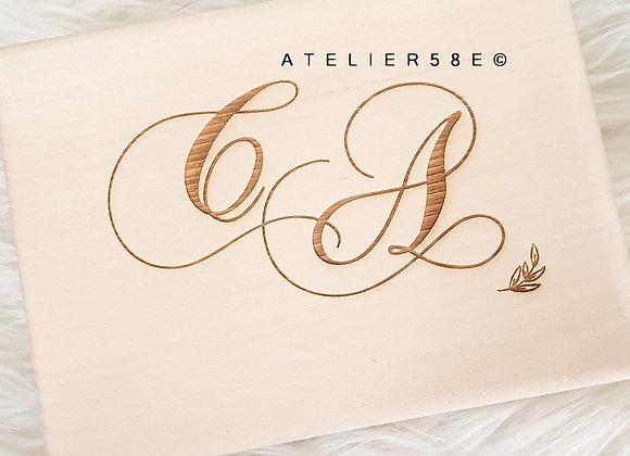 Porte alliance champêtre en bois gravé et personnalisé avec les initiales des mariés