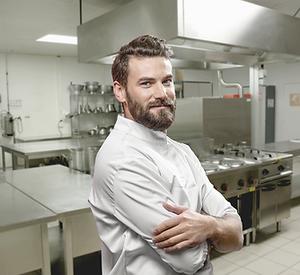 Cocinero en una cocina