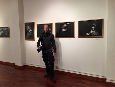 Emiliano Pinnizzotto davanti le sue immagini della mostra fotografica Peru