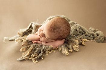 Fotógrafo de recién nacido newborn en Madrid - Marta Martinez Photo.  Regalo sesión de fotos original para embarazada.