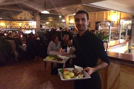 Yilmaz serverer mat