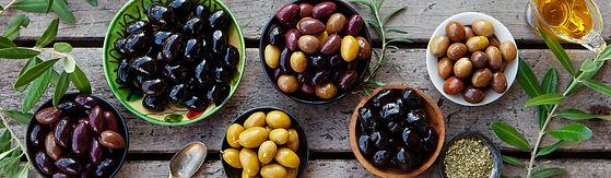 différentes variétés d'olives dans des bols en vue de dessus. Olives noires, olives violettes et olives vertes prêtes à déguster