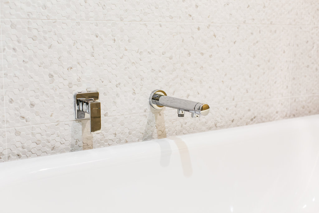 bath spout and mixer tap