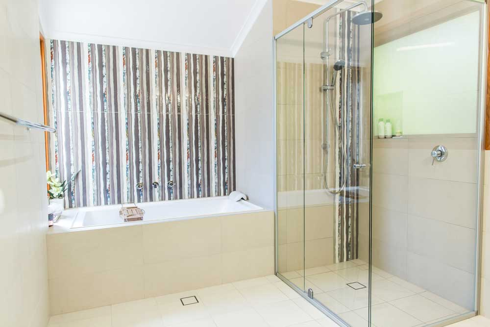 bath and shower with semi frameless