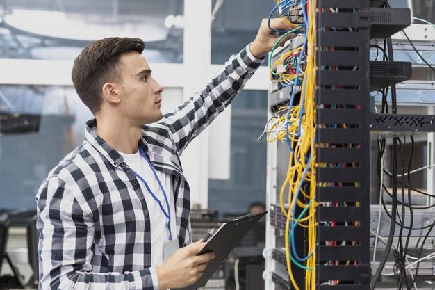 engenheiro-eletrico-jovem-e-cabos_23-214