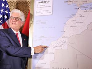 السفير الأمريكي بالمغرب يقدم خريطة المغرب الكاملة المعتمدة رسميا من قبل الحكومة الأمريكية