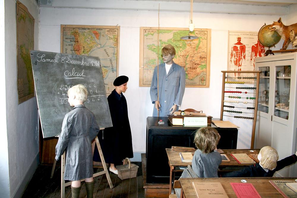 salle de classe 1950 ecole des garçons à Chasseneuil du Poitou - Poitiers - Futuroscope-Nouvelle Aquitaine -enfants- cartes-cahier-plumier-musee la maison d'autrefois