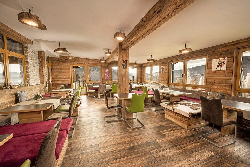 gemütlicher Frühstücksraum im Alpenstil mit Altholz