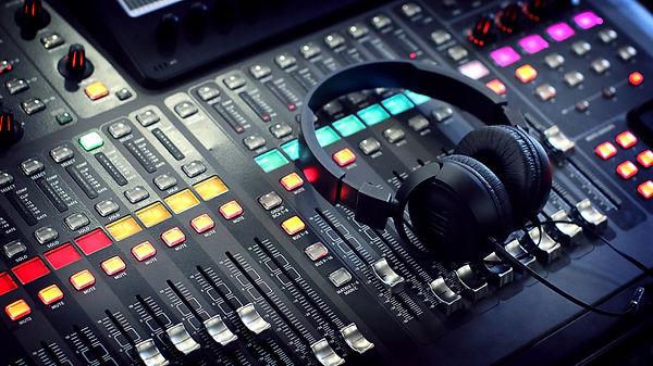スタジオのミキサーとヘッドフォン.jpg