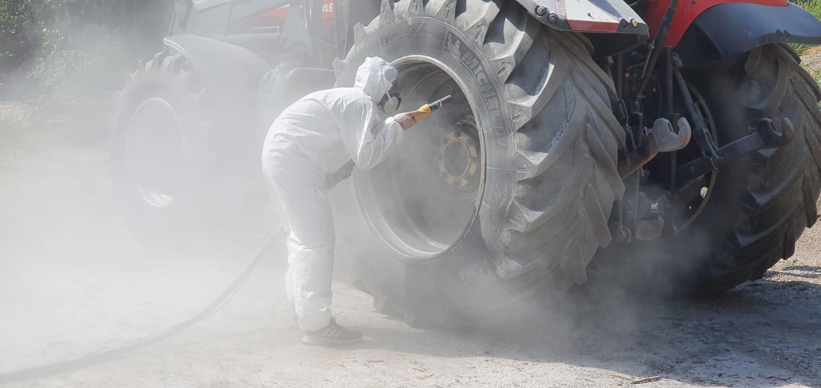 Traktorin vanteiden soodapuhallus