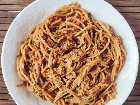 Pasta con pesto rojo y semillas de calabaza