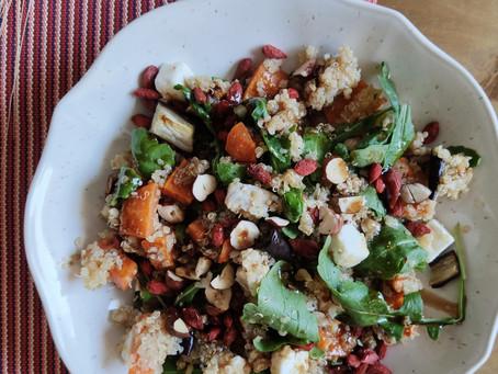 Ensalada de quinoa, boniato y berenjenas asadas con aliño balsámico