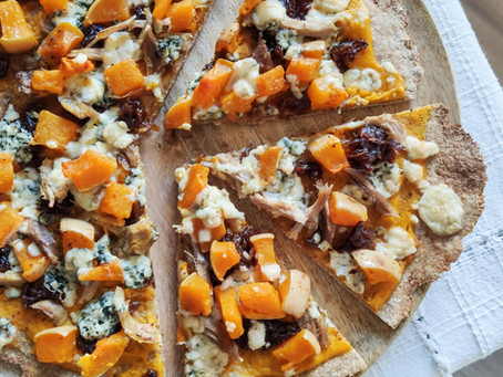 Pizza de calabaza, cebolla caramelizada y queso azul